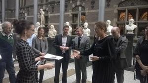 Ingrid Jansen overhandigt zwartboek Meldpunt Valse Lesstof
