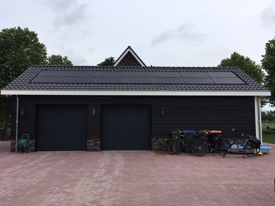 PV panelen op een garagedak in Lunteren